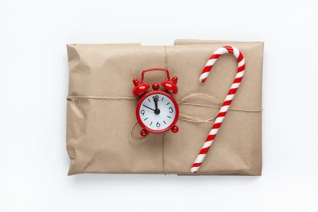 Presente de natal embrulhado em papel artesanal marrom