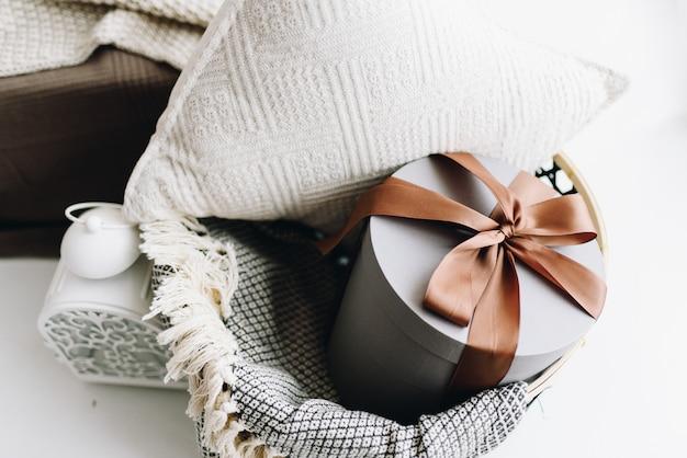 Presente de natal lindamente embrulhado com fita marrom