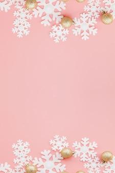 Presente de natal nas mãos das mulheres e notebook em um rosa, uma vista de cima