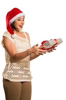 Presente de natal ou ano novo. mulher surpreendida