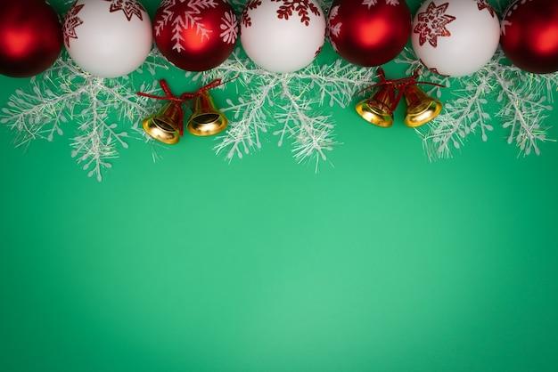 Presente de natal, sino e bola sobre fundo verde. vista plana leiga