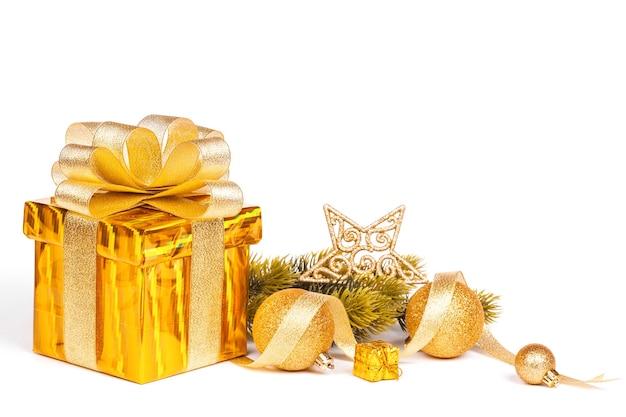 Presente de ouro e decoração de natal