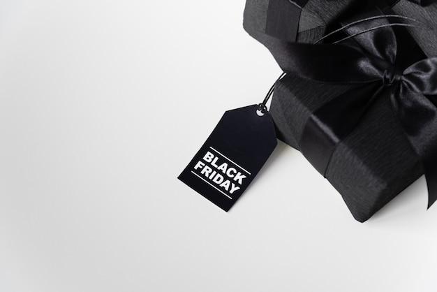 Presente de sexta-feira preta com etiqueta de compras