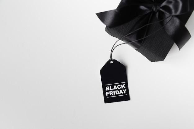 Presente de sexta-feira preta com tag