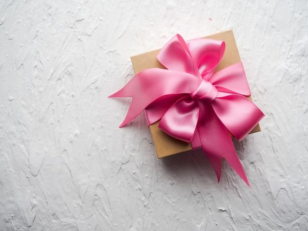 Presente decorado bonito presente conjunto com fita rosa autêntica no fundo branco