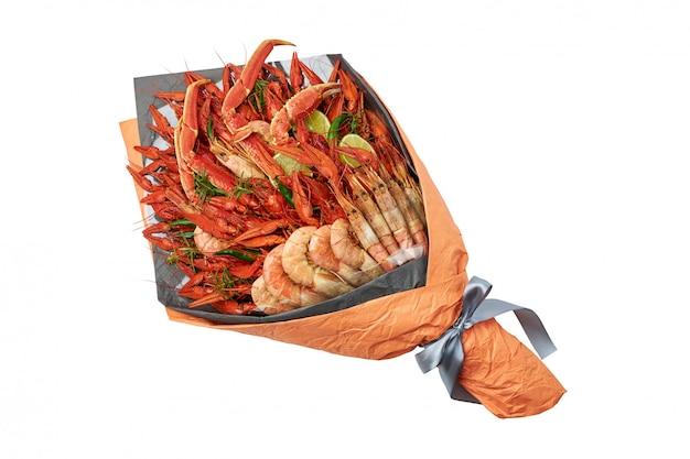 Presente delicioso para um amigo na forma de um buquê de lagosta e camarão cozido