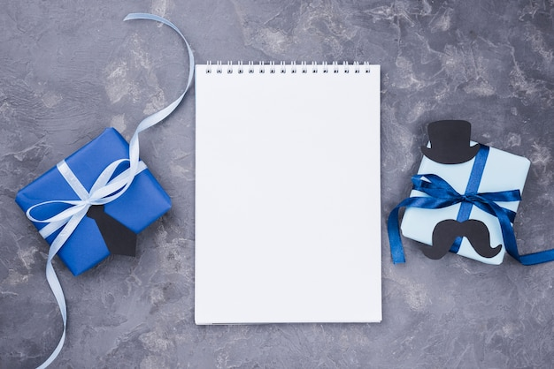 Presente do dia dos pais com fitas branco bloco de notas
