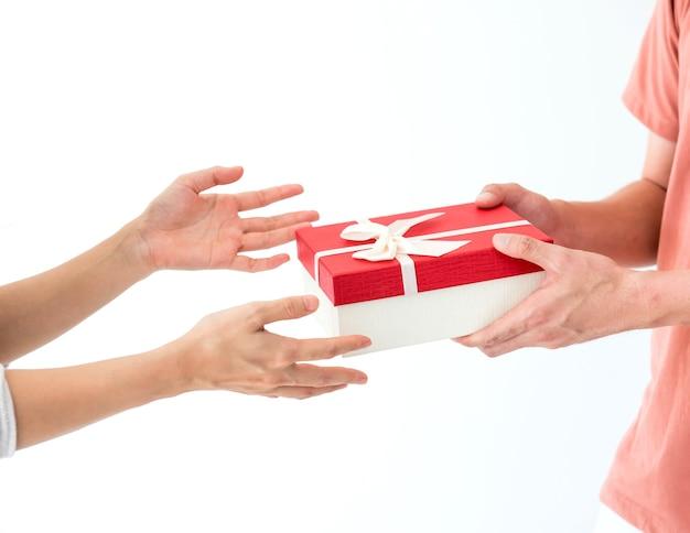 Presente e caixa de presente para um dia especial. dia dos namorados e dia mais doce, conceito de amor