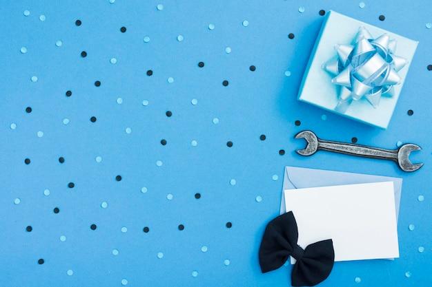 Presente e cartão de cópia-espaço