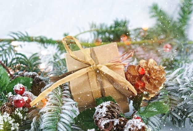 Presente e decorações de natal com neve