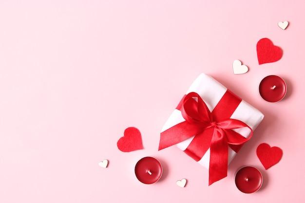 Presente e flores em um feriado com fundo colorido dar um presente