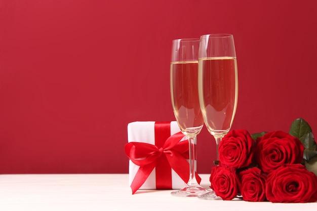 Presente e flores em um fundo colorido feriado dê um presente parabéns
