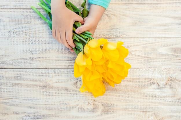 Presente e flores. foco seletivo. feriados e eventos.