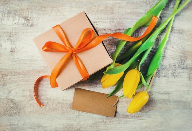 Presente e flores. foco seletivo. holideys e eventos.