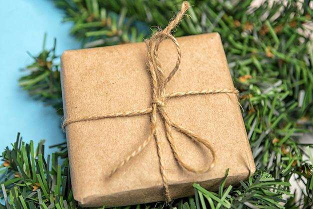 Presente em papel artesanal simples em close-up de ramos de abeto.
