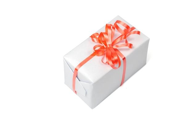 Presente em uma caixa cinza isolada em um fundo branco.