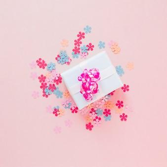 Presente embrulhado com flores de papel coloridas