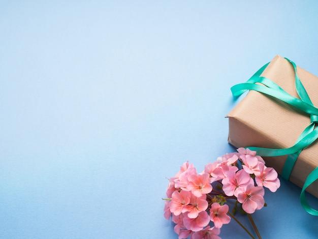 Presente embrulhado e flores plana leigos
