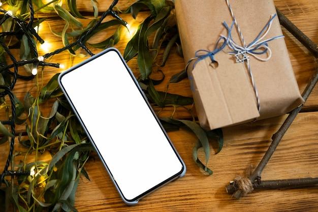Presente embrulhado e smartphone com cópia espacial