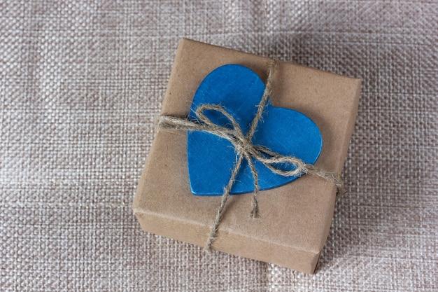 Presente embrulhado em papel pardo e amarrado com uma corda.