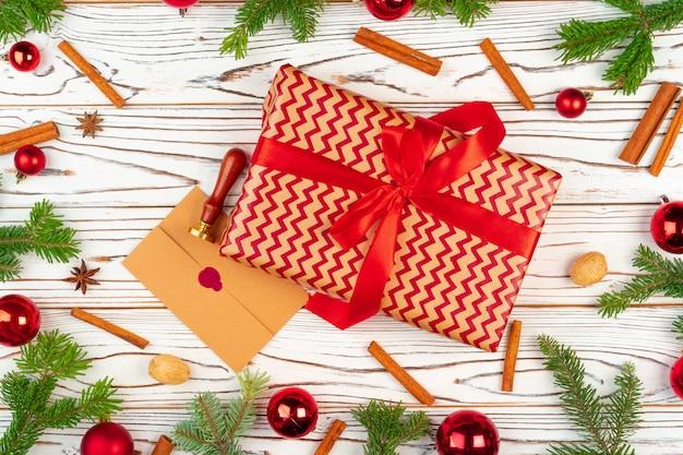 Presente embrulhado em um fundo de madeira com vista superior de decorações de férias de natal