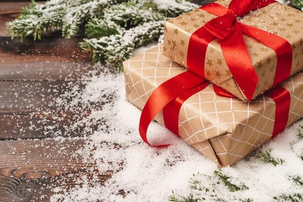 Presente embrulhado para férias de inverno com copyspace
