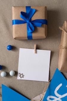 Presente feliz do festival tradicional de hanukkah com fita azul