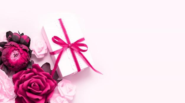 Presente, fita rosa, rosa flores vista superior