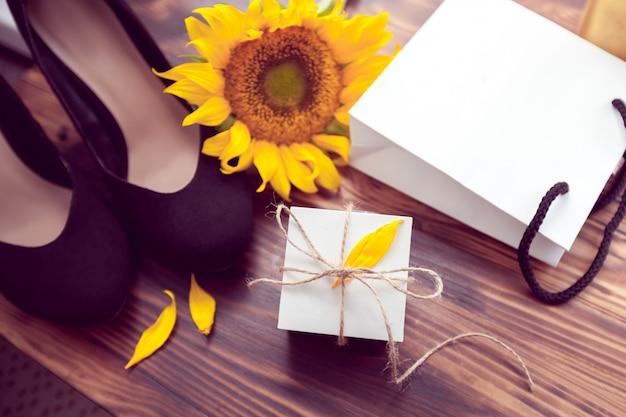 Presente, girassóis amarelos e sapatos de salto preto
