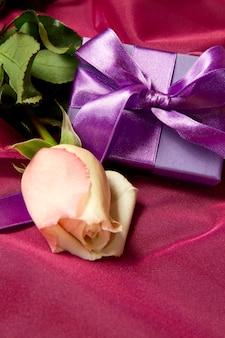 Presente lilás com rosa