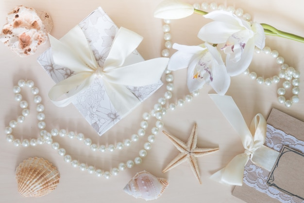 Presente, miçangas, conchas, orquídea