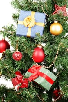 Presente na árvore de natal isolado no branco