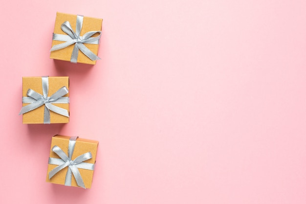 Presente ou caixas de presentes no espaço de mesa rosa para texto