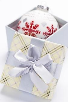 Presente pacote e guirlandas