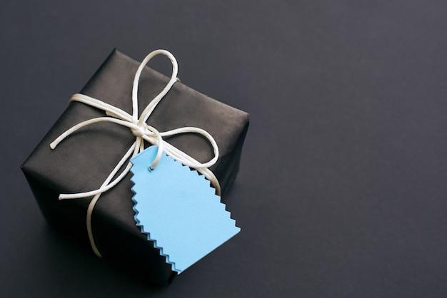 Presente para ele, vista superior de um elegante presente preto com um pequeno laço
