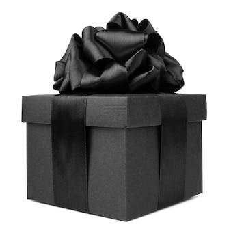Presente preto de sexta-feira, caixa de papel com laço de fita de seda isolado no fundo branco
