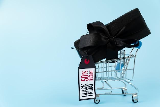 Presente preto no carrinho de compras com etiqueta