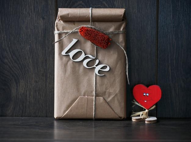 Presente romântico no fundo de madeira