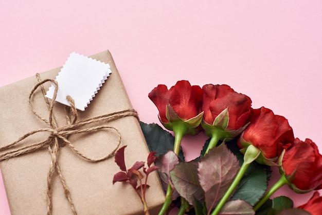 Presente romântico para aniversário de lindas rosas vermelhas e lindo presente caseiro em papel de embrulho kraft