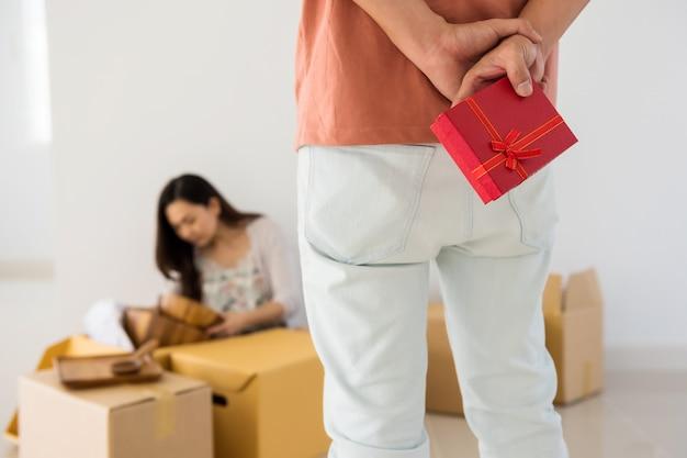 Presente surpresa para esposa em nova casa em movimento