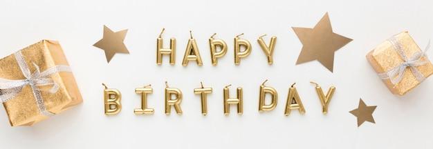 Presentes ao lado da mensagem de feliz aniversário
