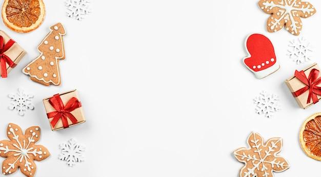 Presentes, biscoitos de gengibre e decorações de natal em fundo claro, fundo de natal