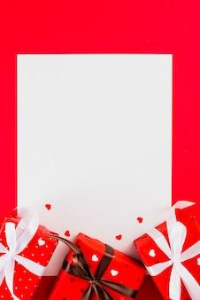 Presentes bonitos e corações na folha de papel