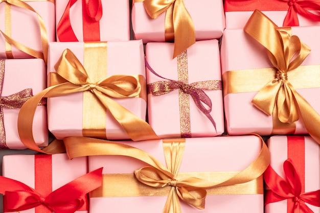 Presentes bonitos sortidos com fitas vermelhas e douradas