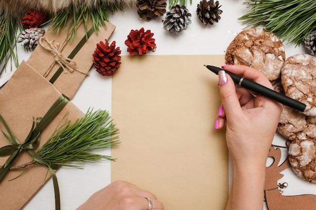 Presentes, cartão de felicitações e parabéns com feriados de natal e ano novo.