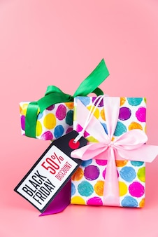 Presentes coloridos com etiqueta de desconto sexta-feira negra