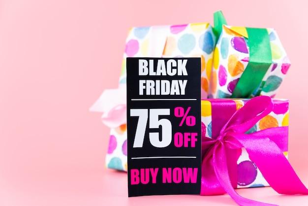 Presentes coloridos com etiqueta preta de sexta-feira