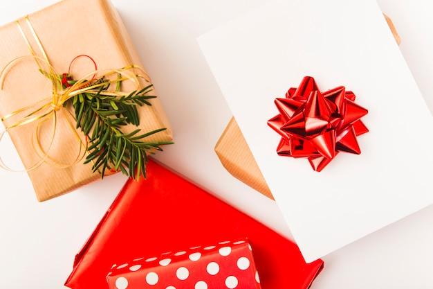 Presentes coloridos de natal embrulhado