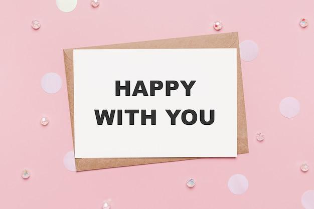Presentes com carta de nota em fundo rosa isolado, conceito de amor e dia dos namorados com texto feliz com você
