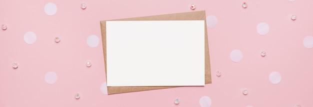 Presentes com carta de nota sobre fundo rosa isolado, conceito de amor e dia dos namorados